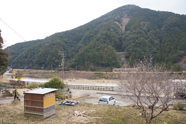 目の前の川は3年前の洪水で氾濫