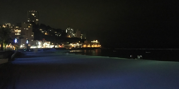 ブルーにライトアップされる熱海サンビーチ