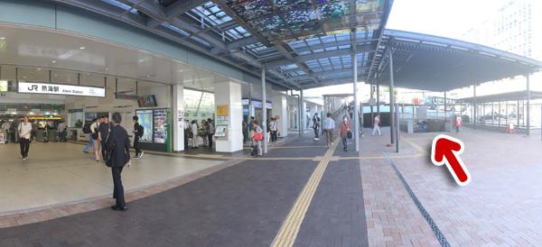 熱海駅改札を抜けてすぐのところ