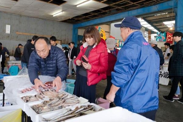 熱海魚祭り05_購入するお客さん